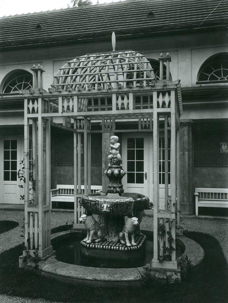 Ursprünglicher Brunnen mit Pavillon im Schmuckhof von Badehaus 6  Foto: Hoffotograf Albert Schmidt Landesarchiv Darmstadt: r_4#26153_uf
